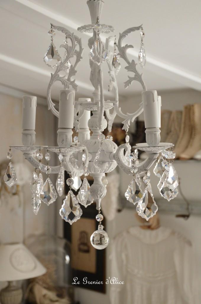 lustre cinq branches le blanc pour un effet shabby chic cosy le grenier d 39 alice le. Black Bedroom Furniture Sets. Home Design Ideas